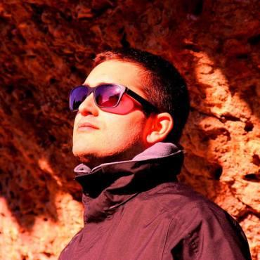 ADRIÁN ENCINAS Prensa y Contenidos. (Madrid, 1986) es un apasionado del cine de animación stop-motion. Alejado de la plastilina, los metales, los plásticos y el látex, este ingeniero se concentra en la labor de observar, reseñar, mostrar y por ende difundir el arte de esta centenaria técnica. En 2008 inicia su andadura con el blog Puppets & Clay, el primero en castellano en dedicarse exclusivamente al stop-motion y uno de los más exhaustivos hasta la actualidad. Además de ello, desde 2010 dirige un fanzine anárquico en periodicidad bajo el mismo nombre que su blog, y el pasado 2016 publicó el libro ¡Bien hecho, Gromit! Cuarenta Años de Aardman Animations (Diábolo Ediciones). Inquieto e incansable, Encinas no solo ha puesto su prosa al servicio de sus intereses, sino que es colaborador en fanzines de culto (Data, Amazing Monsters), revistas digitales en inglés (Stop Motion Magazine), libros colaborativos (El cortometraje español en 100 nombres) e incluso catálogos de exposiciones (Stop Motion Don't Stop).
