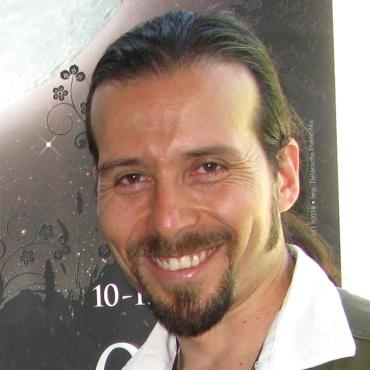 """JUAN CARLOS CONCHA. Diseñador Gráfico y Realizador. Trabaja en el medio audiovisual desde 1992 en diferentes proyectos como documentales, cortometrajes, decorados para televisión, escenografía, películas de animación y vídeos experimentales. Ha cursado diferentes talleres y seminarios de realización audiovisual con maestros como Patricio Guzmán, José Luis Guerin y Bigas Luna, entre otros. En el 2000 formó su propia productora de animación TAKINGSHAPE, con 5 artistas en Barcelona. A partir de 2004 formó APEMANSTUDIO. Ha trabajado en diferentes largometrajes europeos como animador, asistente de dirección y artista de fondos. MAGIC TRAIL (1998) Asistente de animación. HELP I'M A FISH (1999) Asistente de animación. DRAGON'S HILL (2000) Animación THE PRINCESS AND THE PEA (2000) Artista de Backgrounds AIDA DEGLI ALBIERI (2001) Layout de fondos. EL CID, (2002)The leyend. - FILMAX. Asistent for featurefilm GIZAKU – (2004) FILMAX. Pintura de fondos. MIA ET LE MIGOU (2006-2007) FOLIMAGE Animador. THE ILUSIONIST (2008 – 2009) DJANGO FILMS, Asistente de Animación CHICO Y RITA (2009 – 2010) TRUEBA – ESTUDIO MARISCAL. Animación. LITTLE BIG PANDA, (2010) Benchmark Entertainment Picture Productions. Asistente de Dirección Recientemente dirigió la serie FOUR AND A HALF FRIENDS (B-Water, Edebe, TV3, ZDF) Gestor de festivales y eventos en España y Francia relacionados con el cine. Desde el 2006 """"LA DIASPORA"""" Festival de Cine Colombiano en Barcelona. Director de NON STOP BARCELONA ANIMATION, Festival de cine de animación. Ha dictado talleres y curos de animación en Amazonia Ecuatoriana, Colombia, Francia y Barcelona. Es profesor de animación, dibujo y color, así como tutor de tesis, en diferentes escuelas de Barcelona."""